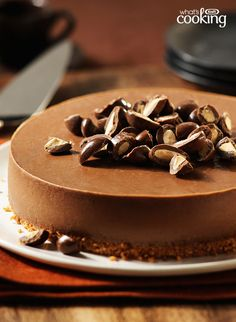 Delicious cookie base, creamy chocolate cheesecake, crunchy chocolate-covered almonds - what a combo! This recipe is a perfect blend of sweet and creamy - a great cheesecake to try! Almond Cheesecake Recipe, Chocolate Cheesecake Recipes, Cheesecake Desserts, Just Desserts, Dessert Recipes, Cream Cheese Spreads, Cream Cheese Recipes, Flan, Chocolate Covered Almonds