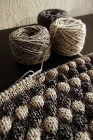 Kokeilin uutta neuletekniikkaa kirpputorilta löytämilläni langoilla. Idea kuplaneuleella neulottuun tyynynpäälliseen lähti siis tällä kert... Lace Knitting, Knitting Socks, Chrochet, Diy Crochet, Merino Wool Blanket, Ravelry, Diy And Crafts, Upcycle, Winter Hats