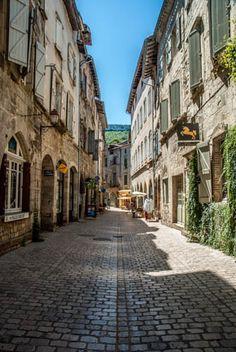 Une rue dans Saint-Antonin-Noble-Val,  une ville médiévale dans les Midi-Pyrénées.