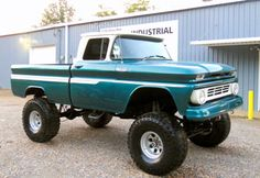Now that is one cool truck. I don't know what year or even who made it all I know if I like it