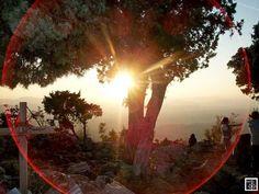 """-[ #Medjugorje:- Novamente o Sol ilumina com suas cores, destacando um num de seus raios a magnífica forma de um inusitado """"Circulo Avermelhado"""" mostrando como a natureza colabora com seu Eterno Criador, como a acariciar os peregrinos nesse local Especial onde o 'Céu toca a Terra' por meio de Sua #Filha Bem-Amada; #Mãe Admirável do Filho e #Esposa Fidelíssima do Espírito Santo - Amém.] ."""