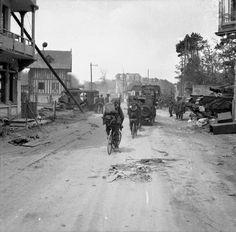 Vehicules et troupes infanterie de la British 3rd Division a La Brèche d'Hermanville, en provenance de Sword Beach, 6 June 1944. Un Churchill AVRE se trouve côté droit.