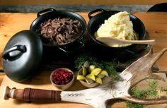 Restaurant Saaga/Finland サーガ(Saaga)という名のこの店は、店内は動物の皮、モカシン、トナカイの角で飾られ、北極の自然を思い浮かさせる雰囲気になっています。ライチョウ、トナカイ、クマ、炭火焼のコクチマスやシロマスの卵など、各地の魚を使ったおいしい北極圏の料理が自慢。また自家製のクランベリーカクテル、サーギン・ユンプラ(Saagin Jumpura)を飲むと、料理を一層おいしく味わえます。 Bulevardi 34, 00120 Helsinki