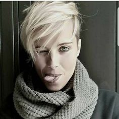 20 blonde short and Pixie haircut ideas to inspire you Girls, you have blond hair and are you looking for an idea to change your look? Cute Hairstyles For Short Hair, Short Hair Cuts, Curly Hair Styles, Short Pixie, Curly Pixie, Pixie Cuts, Popular Hairstyles, Longer Pixie Haircut, Girl Haircuts