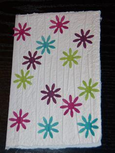 Handgeschept papier met ingewerkt pitriet en geponste bloemen
