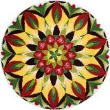 Farbenfroher runder Badteppich mit Mandala in rot, gelb und grün aus Polyacryl supersoft, rutschhemmend beschichtet, waschbar bis 40°C. Gesehen für € 29,- bei kloundco.de.