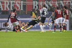 Buffon para su Kakà, dietro di lui Bonucci salverà sulla linea dopo il secondo tiro del brasiliano. LaPresse