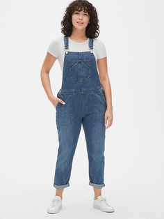 Elevate your style with women's dresses from Gap. Browse dresses in a range of silhouettes from wrap dresses to maxi dresses, and more! Denim Jumper, Denim Overalls, Jeans, Look Plus Size, Overalls Women, Wide Leg Denim, Plus Size Beauty, Gap Women, Straight Leg Pants