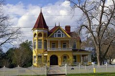 historic homes and mansions of Texas | Kennard House, Gonzales, Texas.
