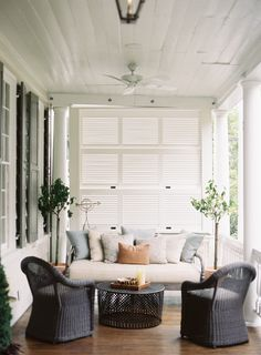 Beautiful collection of inspiring back porch ideas for design, decorating, and living outdoors. Explore some fresh new ideas for your porch. Pinterest Design, Balcon Condo, Outdoor Rooms, Outdoor Living, Outdoor Couch, Outdoor Kitchens, Outdoor Areas, Home Interior, Interior Design