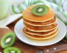 Pancakes ultra sains sans matières grasses      50 g de flocons d'avoine     2 blancs d'œufs     125 g de fromage blanc 0%     3 c. à soupe de compote de pomme sans sucre ajouté     1 c. à soupe de vanille liquide     5 g de levure chimique