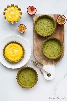 A recipe for matcha tarts with passion fruit curd. The tart dough is like a pâte sablée with ground almonds and matcha. The curd is made from passion fruit.