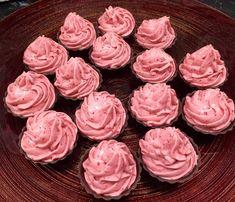 Små sjokoladeformer med Bringebærmousse | Pynt Til Fest Fest, Desserts, Tailgate Desserts, Deserts, Postres, Dessert, Plated Desserts