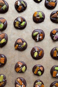 Chokolader med kandiseret appelsinskal, mandler og pistacie | Chocolate napolitans with candied orange peel, almonds and pistacie