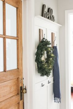 Rustic farmhouse decor ideas on a budget 00011 Farmhouse Style Decorating, Rustic Farmhouse Decor, Rustic Decor, First Apartment Decorating, Entry Tables, Modern Spaces, Christmas Home, Christmas Decor, Amazing Bathrooms