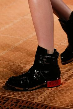 Alexander McQueen Spring 2018 Ready-to-Wear Accessories Photos - Vogue