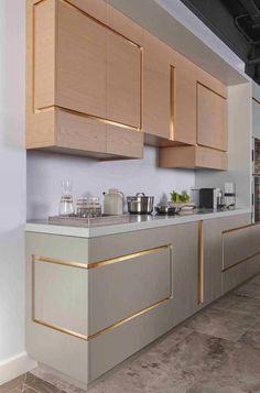 Frisos dourados e bem diferentes para os móveis da cozinha