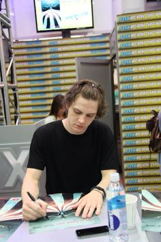 Evan Peters at SDCC 2015... LOOOK AT THE CLIP IN HIS HAIR SO CUTE