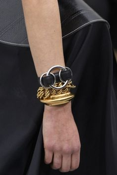 Céline at Paris Fashion Week Spring 2018 - The Most Unique Bling on the Paris Runways - Photos Fashion Week, Paris Fashion, Bling Bling, Jewelry Trends 2018, Use E Abuse, Fashion Painting, Couture, All About Fashion, Trends 2018