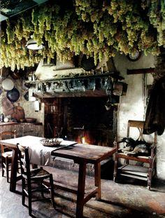 the World of Interiors cuisine rustique Old world kitchens World of interiors Medieval bedroom