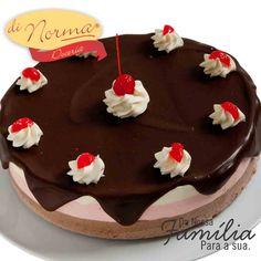 Bom dia. Chegamos á véspera de ano novo e você já escolheu sua sobremesa para a comemoração?  Pavê Napolitana: Creme de baunilha, chocolate e morango, intercalados com massa fininha de pão de ló. Cobertura de ganache de chocolate ao leite, suspiros de chantilly e cereja.  #DiNorma #Feliz2016 #cake