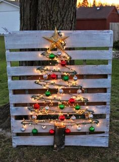 35 Beautiful Christmas Decorations Outdoor Lights… Not merely solemnly, even intelligent will undoubtedly be there for Christmas. Diy Christmas Lights, Pallet Christmas Tree, Beautiful Christmas Decorations, Indoor Christmas Decorations, Decorating With Christmas Lights, Outdoor Christmas, Christmas Crafts, Christmas Games, Homemade Christmas
