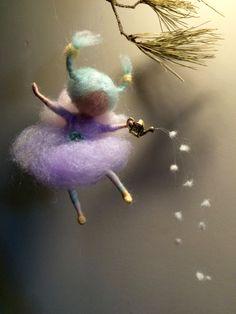 Sie sind ein wenig Weihnachtsengel. Sehr niedlich und süß! Sie sind in Pastell, sanften Tönen aus Wolle und Baumwolle ausgeführt. Jeder von ihnen trägt ein Geschenk an den Weihnachtsbaum. Die Höhe beträgt etwa 4,5 (11 cm). Der Preis ist für jeden von ihnen. Sie können auch sehen: