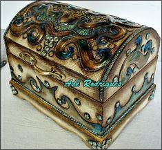 Baú de madeira, revertido com papel border sobreposto com latonagem sombreada em verde. Criação  Adê Rodrigues