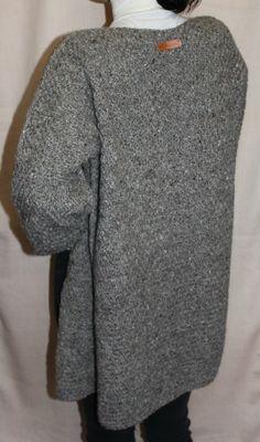 Жакет (кардиган) ручной работы, связан спицами из 100% неокрашенной овечьей шерсти. Жакет свободный, объемный, теплый, слегка колючий