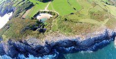 Gulpiyuri, Astúrias, Espanha, menor praia do mundo. Declarada Monumento Natural da Humanidade pela UNESCO desde 2001, Gulpiyuri é uma rara praia de água salgada sem contato com o mar. Ela depende diretamente do ciclo das marés do oceano que está a 100m de distância