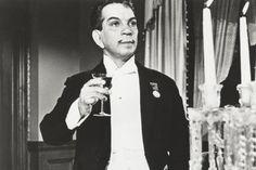En 2011 se cumplieron cien años del nacimiento de una de las figuras más populares, emblemáticas y mundialmente conocidas del cine nacional. Por esa razón, Algarabía rinde un pequeño homenaje al actor, al torero, al empresario y al hombre que, con su cigarrillo, los ralos bigotes y la inconfundible manera de hablar, cinceló en la memoria de millones de personas el nombre de Cantinflas.