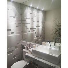 Boa noite com lavabo em tons de branco. O revestimento 3d com iluminação de efeito fazem toda a ...