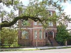 Yet another gorgeous house in Charleston that is for sale. I can dream can't I?