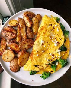 Broccoli omelette & potatoes for lunch best way to use leftover veggies is to throw them into an omelette with. Healthy Meal Prep, Healthy Snacks, Healthy Eating, Vegetarian Recipes, Cooking Recipes, Healthy Recipes, Protein Recipes, Vegan Protein, Delicious Recipes