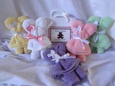 Lembrancinha para chá de bebê, maternidade,aniversários,batizado,etc. <br> <br>Valor com toalha bordada com nome R$ 9,50. <br> <br>Confeccionado com toalha de mão, acompanha sacolinha personalizada. <br> <br>Fazemos a arte da sacolinha em qualquer tema e cor e enviamos via e-mail para aprovação antes de começar a confecção. <br> <br>Pedido minimo 30 unidades <br> <br>IMPORTANTE <br> <br>No seu pedido será acrescentado um valor de R$ 5,00 da embalagem para postagem e mais 1% do valor da…