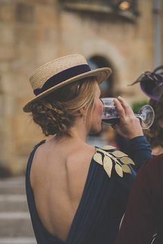 Nos encantan las hojas doradas que esta invitada colocó como hombreras para decorar su vestido.
