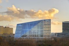 Completed in 2015 in Amsterdam, The Netherlands. Images by Ronald Tilleman, Raimond Wouda, Horizon Photoworks. Situated in the centre of Amsterdam's Zuidas business district, The Edge is an office building which opens itself up to the city with its Sustainable Building Materials, Sustainable Architecture, Architecture Photo, Green Architecture, Building Facade, Green Building, Multi Story Building, The Edge, Smart Office