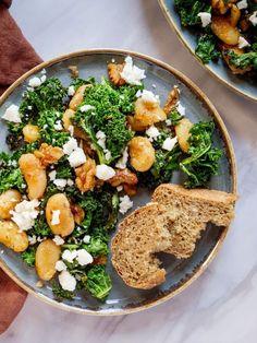 Sprøstekte smørbønner med grønnkål og fetaost | Oppskrift | Vidar Bergum Palak Paneer, Cobb Salad, Vegetarian Recipes, Ethnic Recipes, Istanbul, Food, Essen, Meals, Yemek