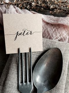 ***AVAILABLE ON PRE ORDER ONLY: Printing and shipping will be available after the 8th of July. Contact me for a custom listing if you are interested in this product. Specifications: La Pomme et la Pipes Eco-Friendly Fork Place Cards! Made from my trademark environmentally friendly recycled kraft card, these petite place cards are the perfect accessory to any table setting and are a modern take on the standard tented place card! -Printed in a modern calligraphy font for a handwritten look…