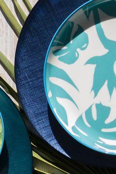 ASTRID est une gamme d'assiettes en verre de couleur. C'est une collection de vaisselle chic et contemporaine qui habille élégamment les plus belles tables. Les assiettes en verre de couleur sont au cœur de la tendance.  Associée à la collection PARADISO, votre table vous emmène directement en voyage.  #tropical #vaisselle Wild Nature, Bleu Marine, Tables, Tableware, Collection, Lineup, Color, Travel, Mesas