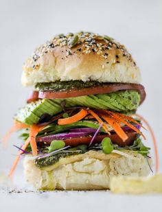 Hummus Havarti Veggie Sandwich This summer veggie sandwich is full of creamy hummus, fresh pesto and havarti cheese along with tons of sliced, fresh vegetables. Best lunch ever! Tofu Sandwich, Sandwich Recipes, Snacks To Make, Easy Snacks, Tempeh, Raw Vegetables, Veggies, Smoked Salmon Bagel, Cauliflower Dishes