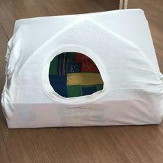 Bouda z krabice, dvou ohybnych drátu a trička. Na vystylku použity podsedaky Tape, Duct Tape, Ribbon, Band, Ice
