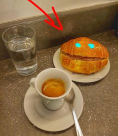 O meu café dá manhã feliz da vida por me fazer feliz!!!!  . #cafedamanha #caffelungo #cornettoallanutella #bomdia #delicia #viciadaemcafe #felicidade #happiness #coffeeaddict #delicious #roma #italia #trastevere #guloseimas #nutella #dolcevita #colazione #breakfast #buongiorno #goodmorning #instafoodie #igfood