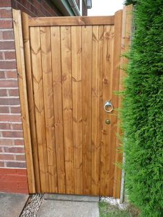 IDEASGREAT GARDEN GATE IDEAS Have a gate that's hard to open? Get the Gate Lever! The easy to install solution that fixes any gate latch in minutes reverse of glemham gate and side panel York Side Gate Backyard Gates, Garden Gates And Fencing, Garden Doors, Nice Backyard, Wooden Side Gates, Wooden Garden Gate, Garden Types, Cedar Gate, Tor Design