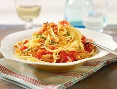 Spaghetti mit Tomatensalsa und Ciabatta-Streusel. Nachkochen!