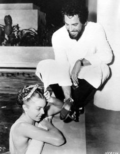 Howard Keel holds the mirror for Esther Williams on the set of Jupiter's Darling, 1955 Old Hollywood Glamour, Golden Age Of Hollywood, Vintage Hollywood, Hollywood Stars, Classic Hollywood, Million Dollar Mermaid, Howard Keel, Esther Williams, Turner Classic Movies