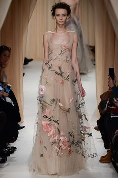 Valentino Spring 2015 Couture Fashion Show Collection: See the complete Valentino Spring 2015 Couture collection. Look 43 Haute Couture Paris, Valentino Couture, Spring Couture, Valentino Paris, Valentino Dress, Couture Week, Couture 2016, Style Couture, Couture Fashion