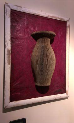 VASO d'AUTORE: non quadro, non scultura realizzata con un mezzo VASO1 su di una basa ricavata da un avanzo di un'altra lavorazione rivestita di carta lokta.