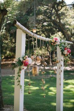 Altar para boda decorado con campanas colgantes y flores - Foto Swoon by Katie