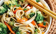 This easy noodle bowl is filled with crunchy broccoli and sweet sliced red bell peppers. Rice or lo mein noodles are stir-fried with ginger, fresh garlic, and umami flavors.